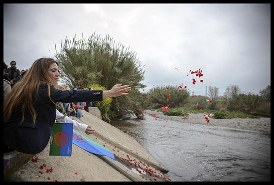 Gitans jettent des pétales de fleurs le 8 avril