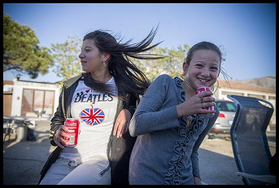 Jeunes voyageuses les cheveux au vent