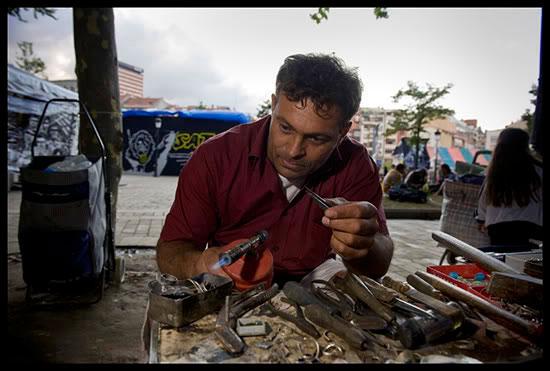 Rom migrant Argintar, travaillant dans les rues de Bilbao