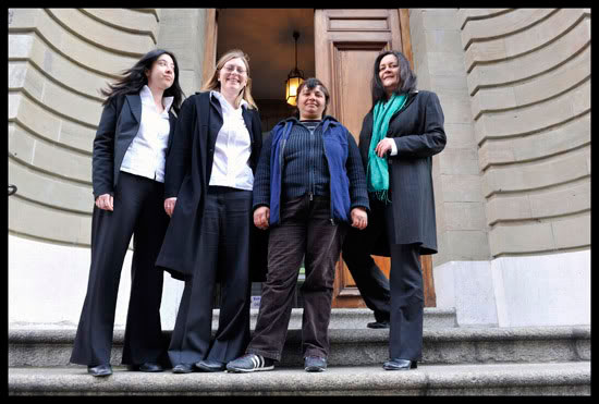 Avocates de l'association  de défense des Roms Mesemrom et leur cliente après avoir débouté une décision du tribunal de police en rapport au séjour des étrangers en Suisse