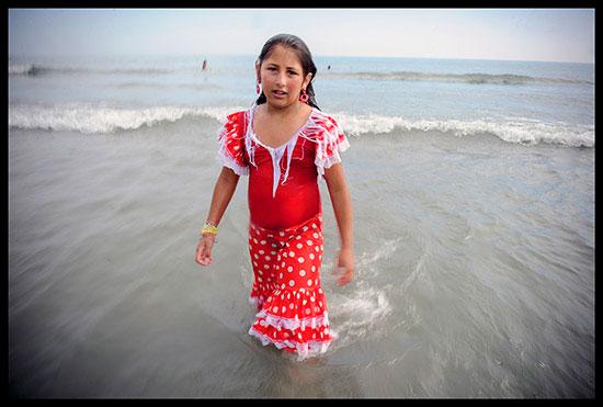 jeune manouche dans la mer lors de la procession de Sainte Sarah