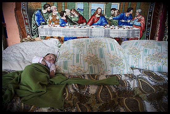 Bébé rom qui fait la sieste