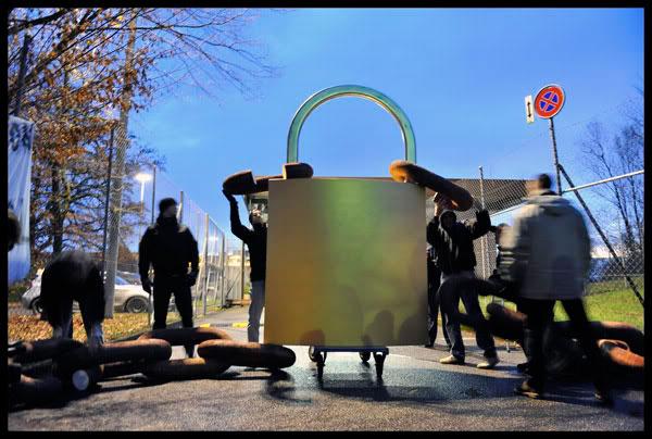 Le personnel pénitencier bloque l'entrée de la prison de Champ-Dollon