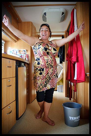 Danse manouche dans une caravane aux Saintes-Maries de la Mer