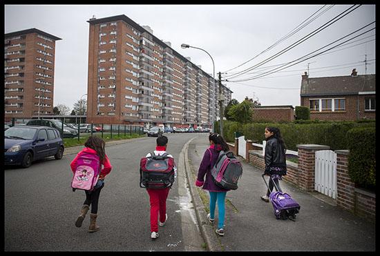 enfants sur le chemin de l'école
