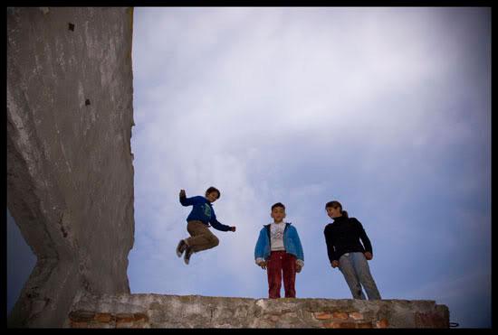 Enfants roms sur les ruines d'une ferme collective