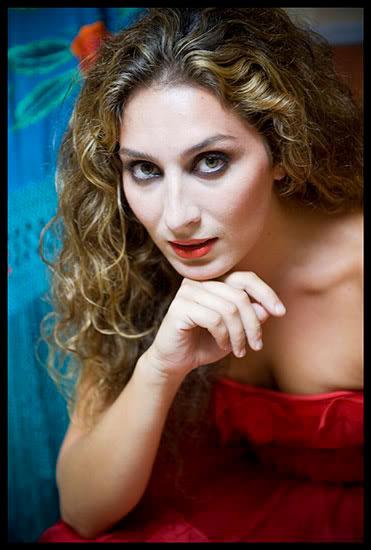 Estrella Morente, chanteuse de flamenco, d'origine gitane andalouse, pose dans sa loge