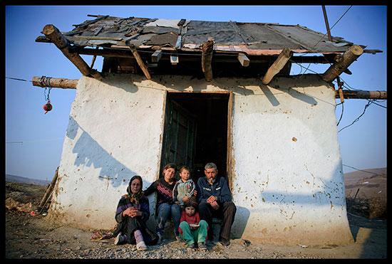 famille rom devant sa maison
