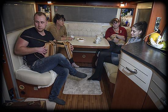 famille yénische dans une caravane
