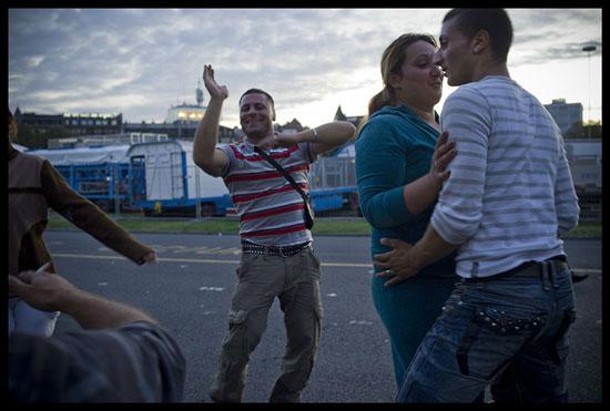 Des Roms migrants improvisent une fête