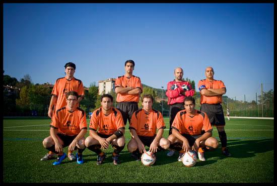 """L'équipe de footballeurs Gitans """"Kale Dor Kayiko """" pose avant un match comptant pour la 7ème ligue, Euskal Herria"""