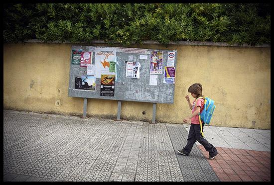 Un jeune gitan sur le chemin de l'école
