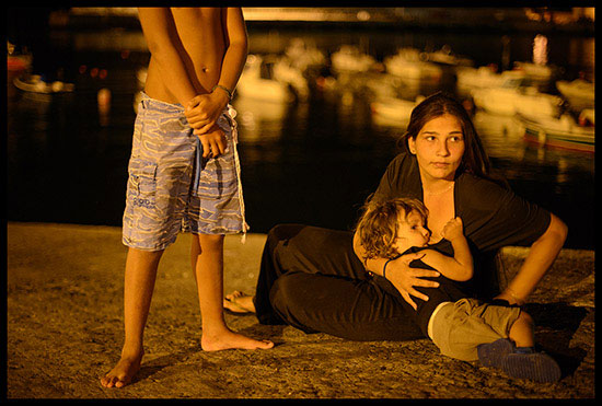 Jeune Gitane allaitant son enfant