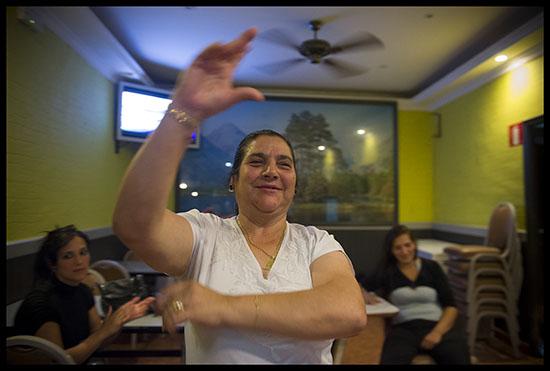Gitane dansant le flamenco dans un bar