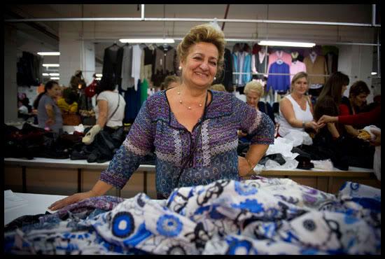 Une gitane tient un stand de vêtements au marché de Algorta, Euskal Herria