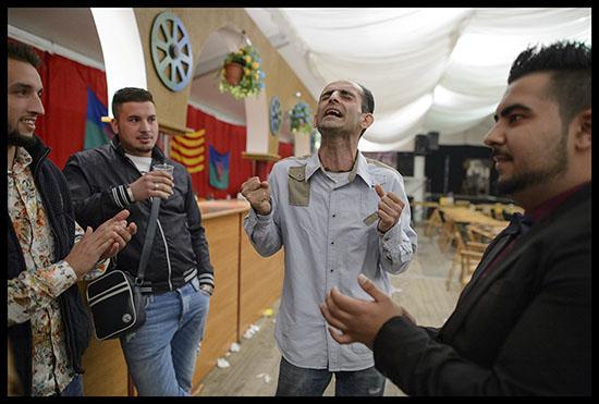 Gitans chantent du flamenco à la feria de Abril