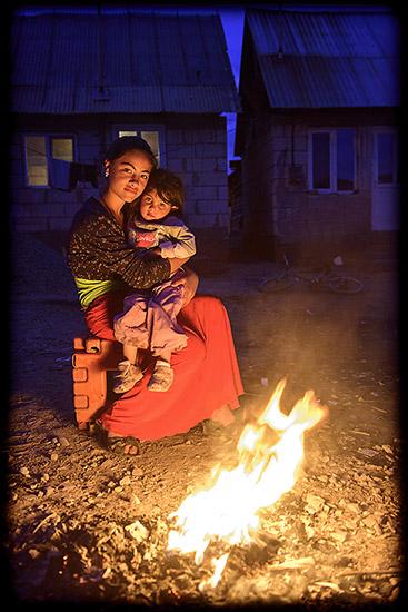 maman et son enfant près du feu