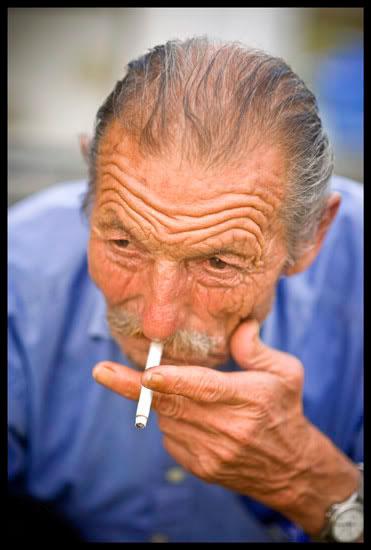 anouche fumant sa cigarette