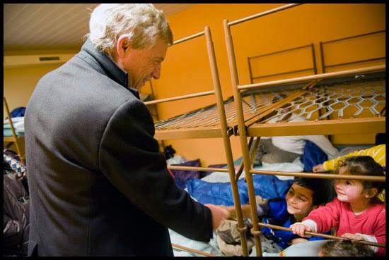 Manuel Tornare, maire de Genève, rend visite aux femmes et enfants roms hébergés dans un abri PC de la ville de Genève