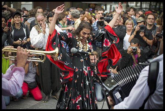 Romni danse à la Roma Pride à Paris
