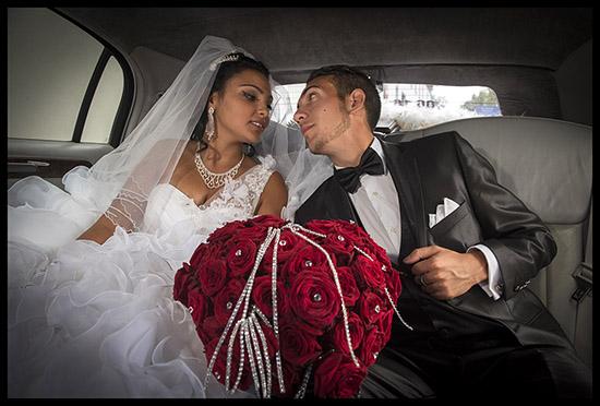 Mariés Roms dans une limousine