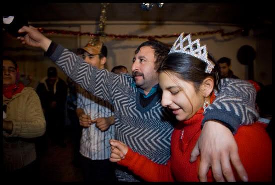 La mariée et son beau père, squat occupé par des roms migrants, Haute Savoie