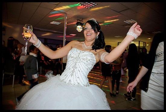 Mariée manouche avec une coupe de champagne