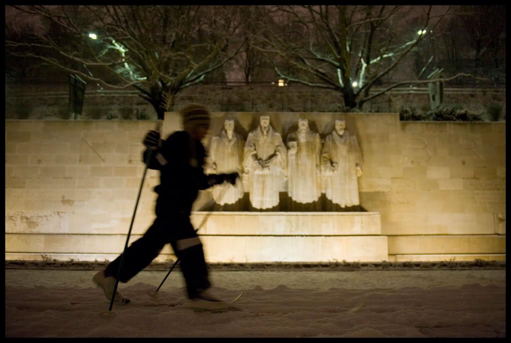 Ski de fond devant le Mur des Réformateurs à Genève
