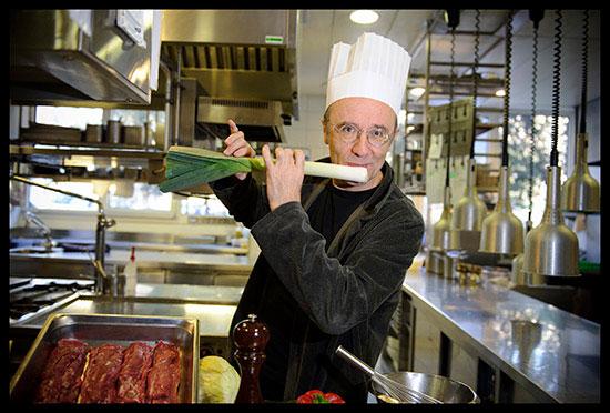 Philippe Geluck dessinateur et animateur télé pose en cuisinier