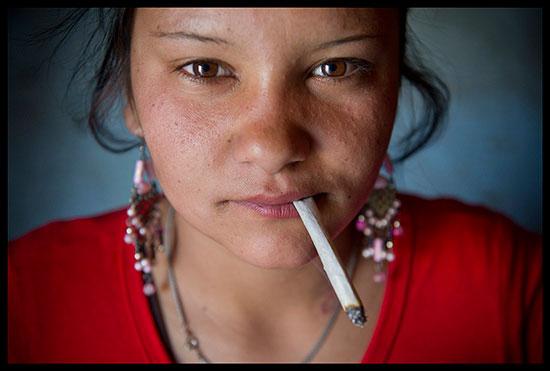 Jeune fille rom à la cigarette