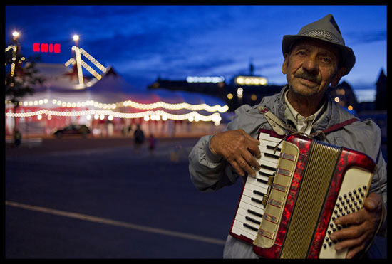 Rom migrant jouant de l'accordéon
