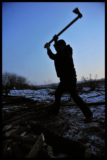 Rom coupant du bois à Aiud en Roumanie
