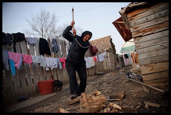Femme rom coupe du bois
