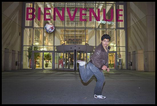 Jeune rom jouant au foot