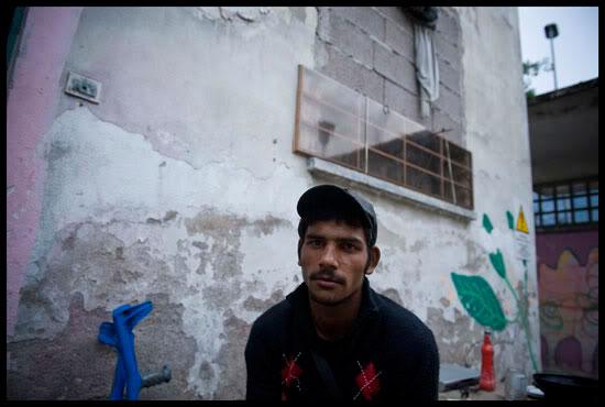 jeune Rom migrant dans un squat en Italie