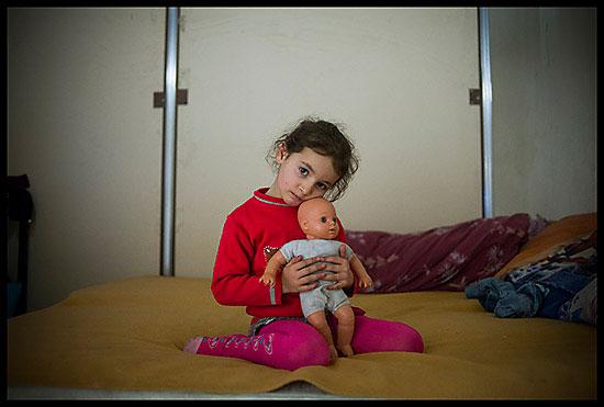 Petite fillette rom et sa poupée