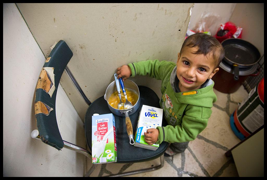 Petit garçon rom mangeant de la soupe