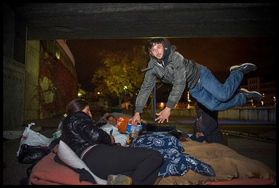 Un Rom saute au lit sous les ponts à Genève