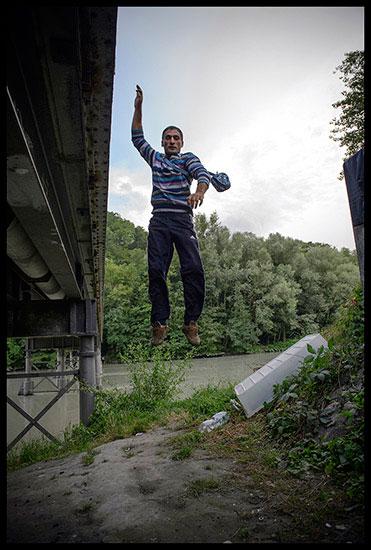 Rom sautant d'un pont à Genève