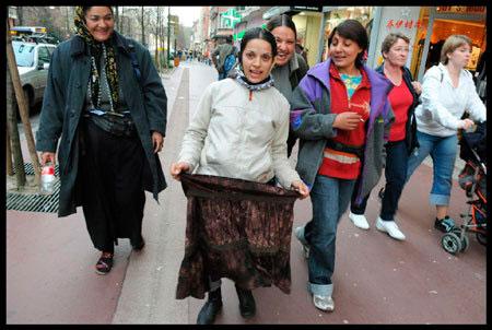 romnia rentrant du travail dans les rues d'annecy
