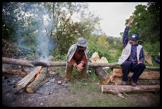 Palabres au coin du feu dans un campement de Roms migrants à Annecy