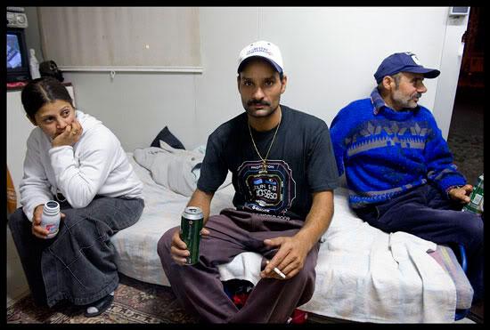 Roms migrants à Annecy en Algeco