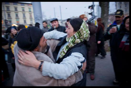 Des Roms migrants lors d'une fête organisée par des étudiants de l'ECG
