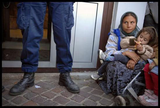 Roms à Paris, durant une manifestation contre les expulsions vers la Roumanie