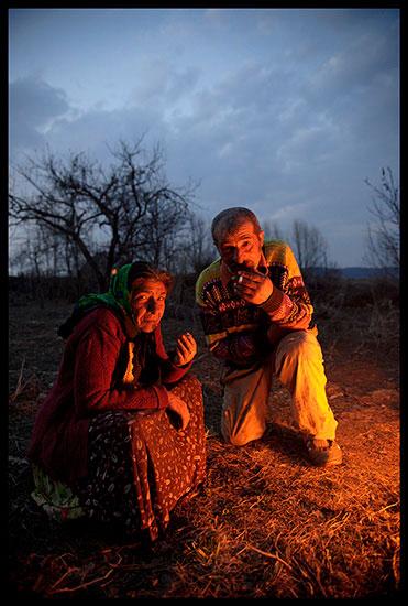 Couple rom près du feu