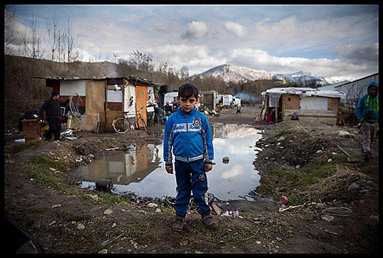 Enfant rom devant les terrain offert par la mairie