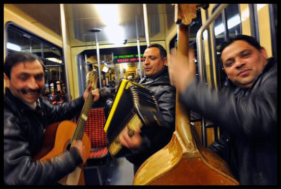 Roms migrants dans le tram jouent de la musique à Genève