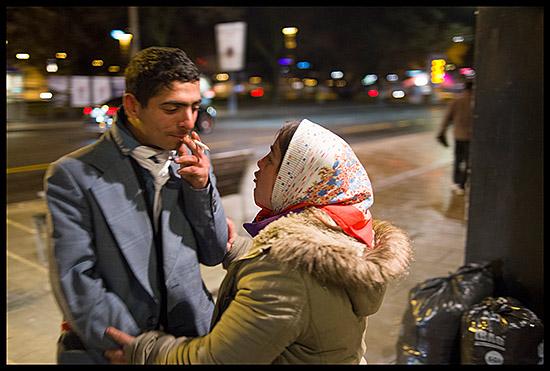 Roms à Genève le soir attendant de trouver un lieu pour dormir