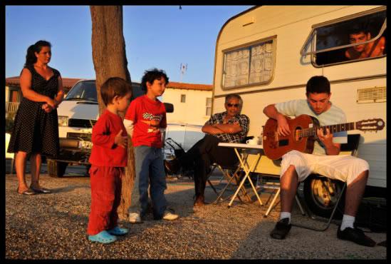 Manouche jouant de la guitare aux Saintes Maries de la Mer