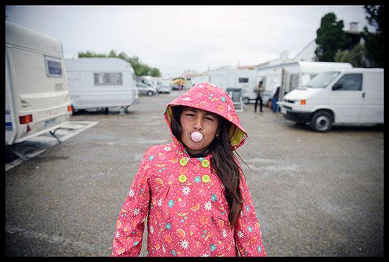 jeune fille manouche fait une bulle avec du Bubble gum
